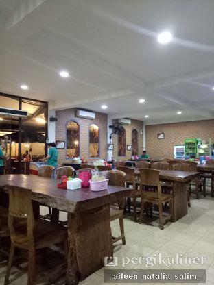 Foto 4 - Interior di Bebek Goreng HT Khas Surabaya oleh @NonikJajan