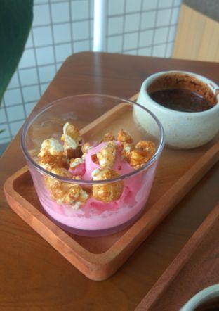 Foto 11 - Makanan(Strawberry Popcorn Affogatto (IDR 40k)) di Twin House oleh Renodaneswara @caesarinodswr