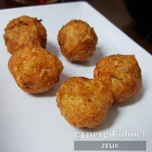 Foto 4 - Makanan(Baso Udang Goreng) di Mie Zhou oleh @teddyzelig