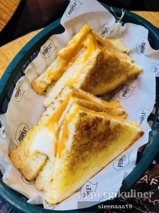 Foto 4 - Makanan(grilled cheese sandwich) di The People's Cafe oleh Sienna Paramitha