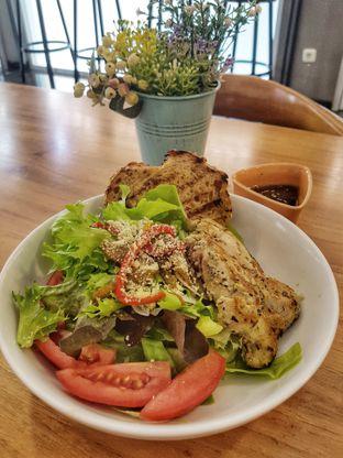 Foto 6 - Makanan(Rosemary Chicken Salad (IDR 46000 - Nett)) di Bellamie Boulangerie oleh Rinni Kania