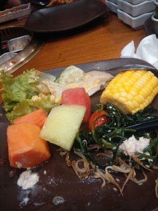 Foto 3 - Makanan(selain daging kita bisa temukan buah dan sayur juga ) di Kintan Buffet oleh Threesiana Dheriyani