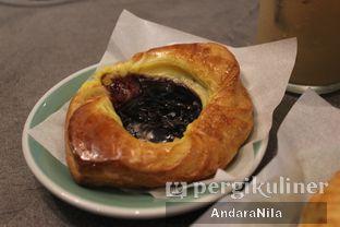 Foto 7 - Makanan(Blueberry Danish) di 7 Speed Coffee oleh AndaraNila