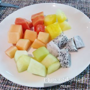 Foto 1 - Makanan(Assorted Fruits) di Collage - Hotel Pullman Central Park oleh @teddyzelig