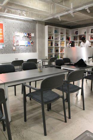Foto 8 - Interior di Tu7uhari Coffee oleh Prido ZH