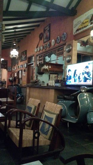Foto 5 - Interior di Grand Father Coffee Shop oleh Julia Intan Putri