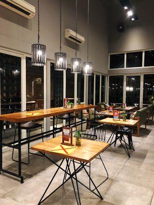 Foto 3 - Interior di Gatherinc Bistro & Bakery oleh kdsct