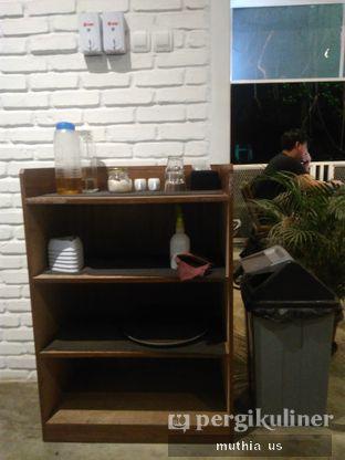 Foto 9 - Interior(Rak ) di Righthands Coffee oleh Muthia US