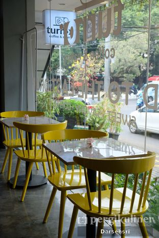 Foto 7 - Interior di Turn On Coffee & Eatery oleh Darsehsri Handayani