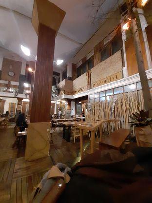 Foto 5 - Interior di Equator Coffee & Gallery oleh Fatirrahmah Nandika