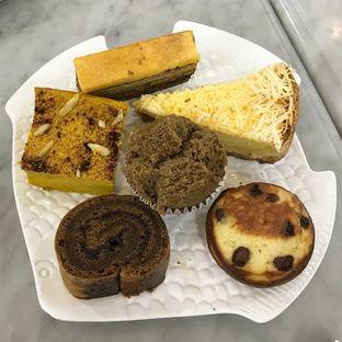 Foto 1 - Makanan(Apang coe. Tart sambiki. Apang telur. Tart susu. Cocoa roll cake. Lapis durian) di Bunga Pepaya oleh Patricia.sari