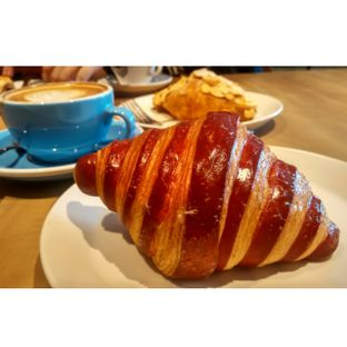 Foto 7 - Makanan(Rapberry croissant ) di Harliman Boulangerie oleh chubby Bandung