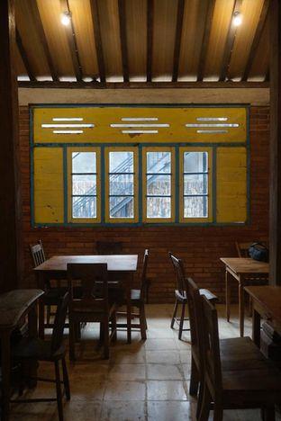 Foto 7 - Interior di Ragil Coffee & Roastery oleh yudistira ishak abrar