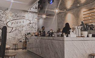 Foto 2 - Interior di Pivot Coffee oleh @qluvfood