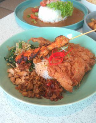 Foto 10 - Makanan(Nasi Ayam Twin House (IDR 55k)) di Twin House oleh Renodaneswara @caesarinodswr