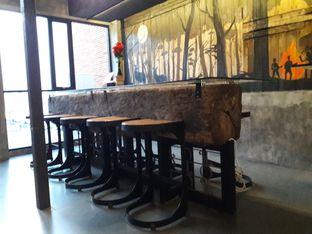 Foto 7 - Interior di Old Wood Bistro & Bar oleh Nisanis