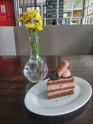 Foto 1 - Makanan(Chocolate Truffle Cake) di Buttercup Signature Boulangerie - Hotel Four Points by Sheraton oleh Fadhlur Rohman