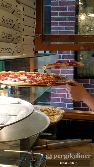 Foto 10 - Interior di Sliced Pizzeria oleh UrsAndNic