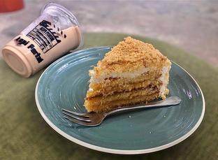Foto 3 - Makanan(Nastar CakeNastar Cake and Es Kopi Baileys) di Garasi 81 oleh Fadhlur Rohman