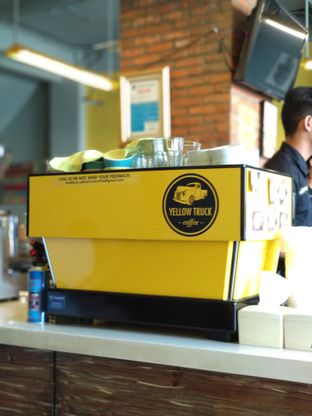 Foto 2 - Interior di Yellow Truck Coffee oleh Eunice
