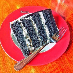 Foto 10 - Makanan(Charcoal cake) di Convivium oleh duocicip