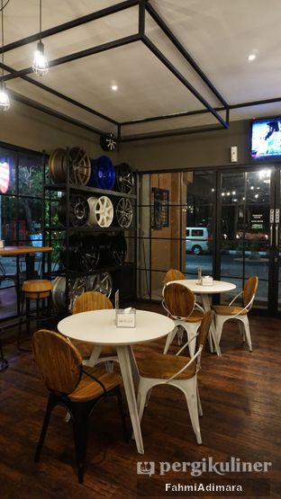 Foto 4 - Interior di Wheels and Brakes Cafe oleh Fahmi Adimara