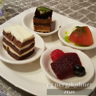 Foto 5 - Makanan(Dessert) di Collage - Hotel Pullman Central Park oleh @teddyzelig
