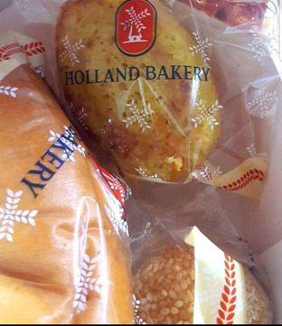 Foto 1 - Makanan di Holland Bakery oleh heiyika