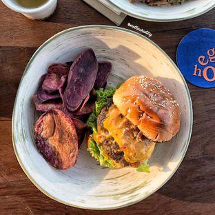 Foto 6 - Makanan(Burger I.O) di Egg Hotel oleh Stellachubby