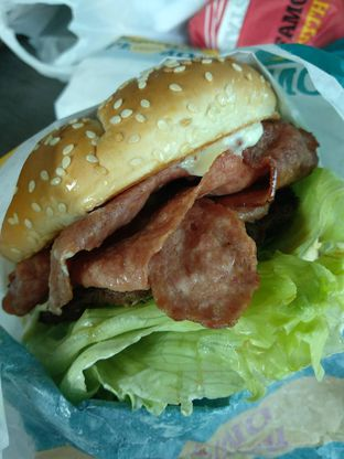 Foto 5 - Makanan(Super Beef Bacon Burger (IDR 50,9k)) di Carl's Jr. oleh Renodaneswara @caesarinodswr