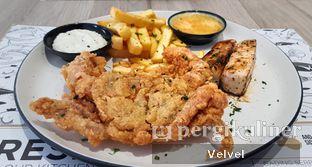 Foto 1 - Makanan(Soka Fry and Cobia Pan Sear with Salted Egg Sauce and Fried with Tartar) di O! Fish oleh Velvel