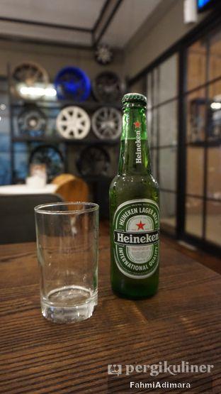 Foto 15 - Makanan(Heineken) di Wheels and Brakes Cafe oleh Fahmi Adimara