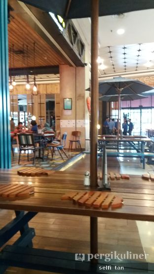 Foto 4 - Interior di Fish & Co. oleh Selfi Tan