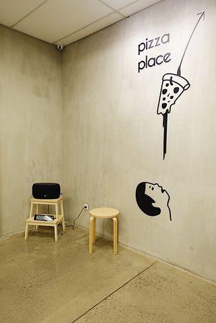 Foto 10 - Interior di Pizza Place oleh iminggie