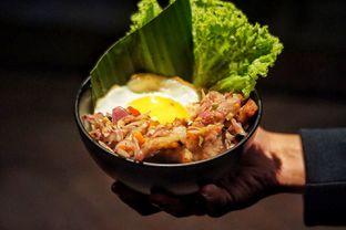 Foto 1 - Makanan(Pork Belly Sambal Matah Rice Bowl ) di Holywings oleh Fadhlur Rohman