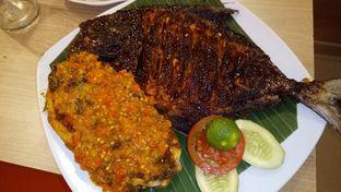 Foto 4 - Makanan( ikang bakar bumbu manis dan bumbu pedas ) di Cak Ghofur Seafood oleh Jocelin Muliawan