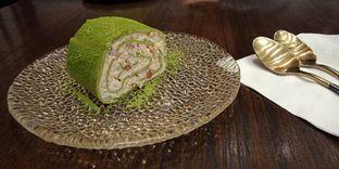 Foto 5 - Makanan(Instafamous Strawberry Matcha Towel Roll Slice (IDR 42k)) di Amausaan Uji Matcha oleh Renodaneswara @caesarinodswr