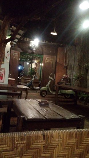Foto 4 - Interior di Grand Father Coffee Shop oleh Julia Intan Putri