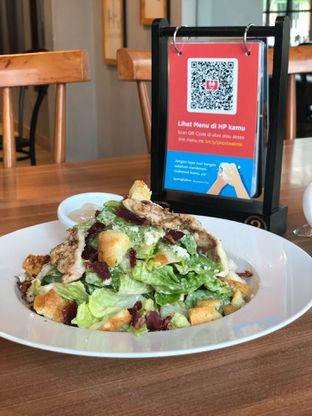 Foto 2 - Makanan(Classic Caesar Salad with Smoked Chicken) di B'Steak Grill & Pancake oleh Budi Lee