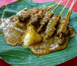 Foto 5 - Makanan(Sate Padang + Lontong) di Sate Padang H. Ajo Manih oleh Yummyfoodsid