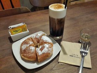 Foto - Makanan(Cold Mountain & Milk Bread) di Red Blanc Coffee & Bakery oleh Stefanus Mutsu