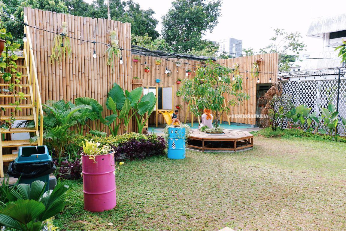 Tampilan Saung Pak Ewok dengan eksterior kayu. Restoran murah Bogor