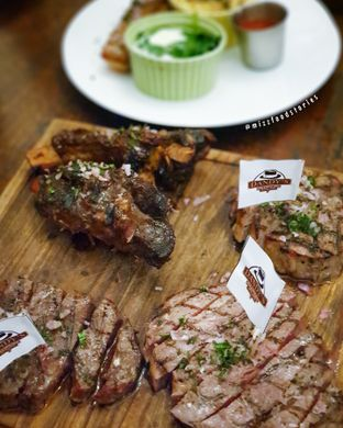 Foto 1 - Makanan(Wagyu meltique beef platter) di Dandy's Steak and Coffee House oleh @mizzfoodstories