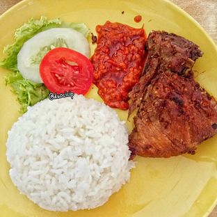 Foto 5 - Makanan(Ayam Goreng Penyet) di Es Teler 77 oleh duocicip