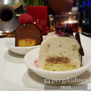 Foto 10 - Makanan(Dessert) di Collage - Hotel Pullman Central Park oleh @teddyzelig