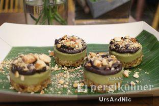 Foto 2 - Makanan(Raw Matcha Cup cake) di Burgreens Express oleh UrsAndNic