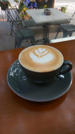 Foto 1 - Makanan(Caramel Latte (IDR 38k) ) di Kapyc Coffee & Roastery oleh Renodaneswara @caesarinodswr