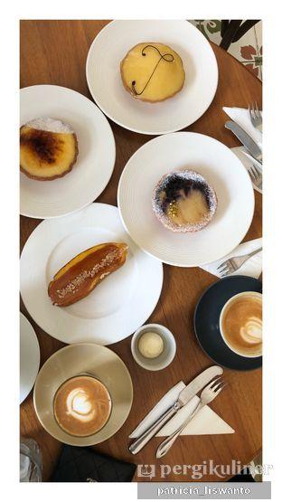 Foto 1 - Makanan(lemon curd; yuzu brulee; pear & blue; caramel ecclair) di Chicory European Patisserie oleh Patsyy