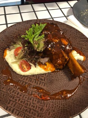 Foto 2 - Makanan(BBQ short ribs) di Phos Coffee & Eatery oleh eateateat