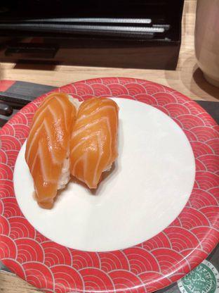 Foto 1 - Makanan(Salmon Sushi (IDR 15k)) di Tom Sushi oleh Renodaneswara @caesarinodswr
